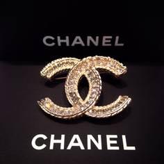 เข็มกลัด Chanel เป็นเพชร CC สีทอง