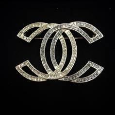 เข็มกลัด Chanel เป็นเพชร CC ซ้อนสีเงิน