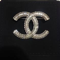 เข็มกลัด Chanel เป็นเพชร CC สี่เหลี่ยม