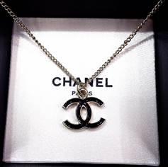 สร้อยคอ Chanel รูป CC สีดำ/ทอง