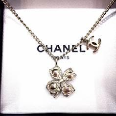 สร้อยคอ Chanel รูปดอกไม้ห้อย CC