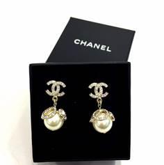 ต่างหู Chanel CC สีทอง แบบเพชรห้อมมุก CC รอบ